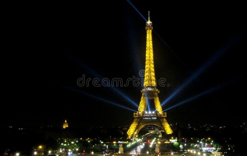Эйфелева башня в Париже на ноче стоковое изображение rf