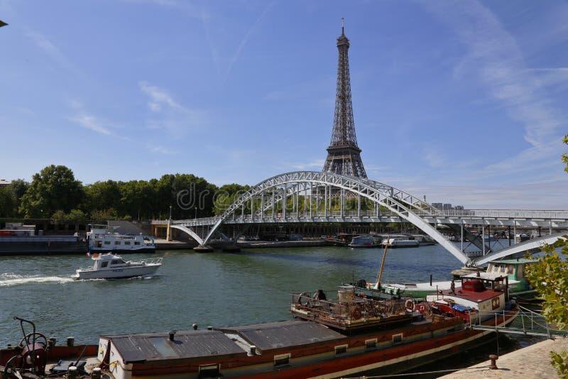 Эйфелева башня & голубое небо с облаками, Париж, Франция - взгляд от воды с сдобренным мостом над рекой Сеной - 24-ое июля 2015 стоковое фото rf