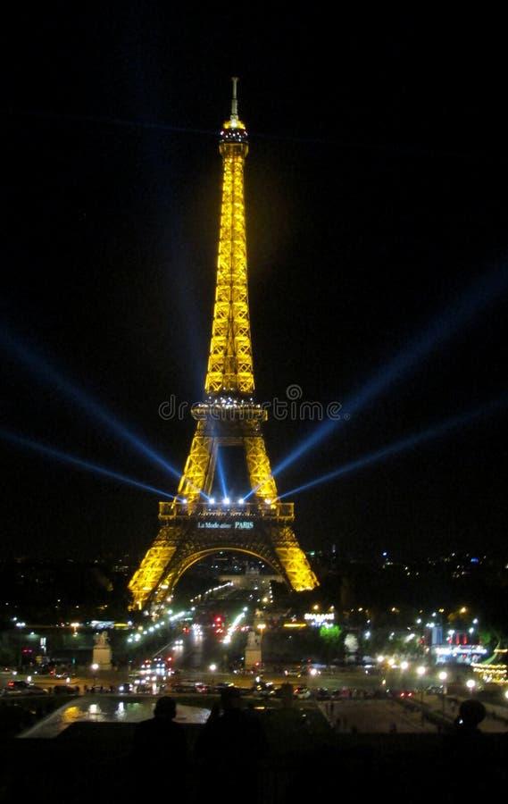 Эйфелева башня загоренная на ноче стоковые изображения