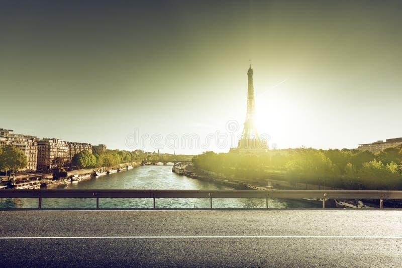 Эйфелева башня и дорога стоковое фото rf