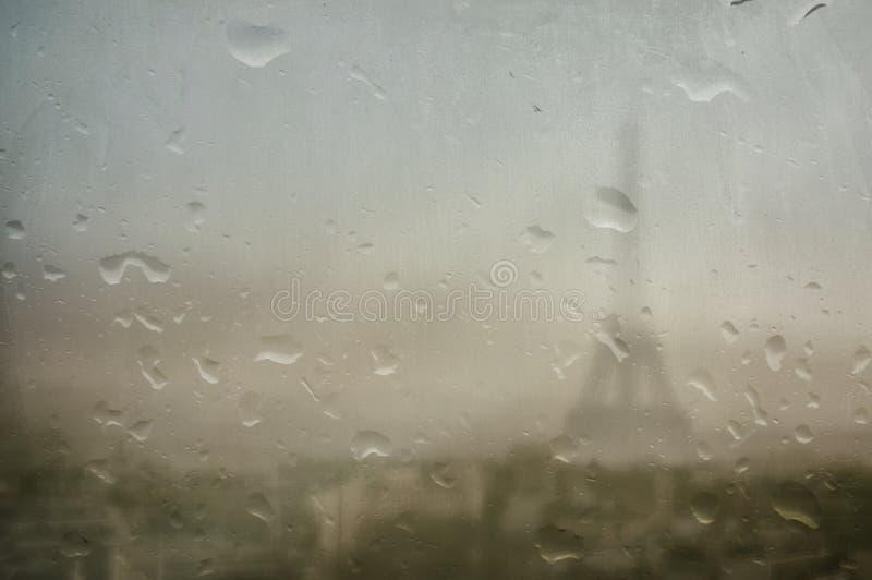Эйфелева башня на дождливый день стоковое фото rf