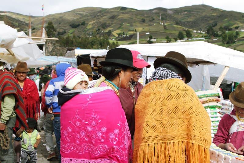 Download Эквадорские этнические люди с индигенными одеждами в сельском рынке субботы в деревне Zumbahua, эквадоре Редакционное Стоковое Изображение - изображение насчитывающей экзотическо, национально: 40585664
