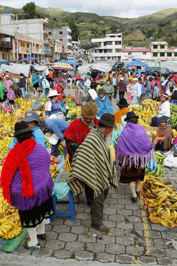 Download Эквадорские этнические люди с индигенными одеждами в сельском рынке субботы в деревне Zumbahua, эквадоре Редакционное Изображение - изображение насчитывающей сторона, фасонировано: 40585680