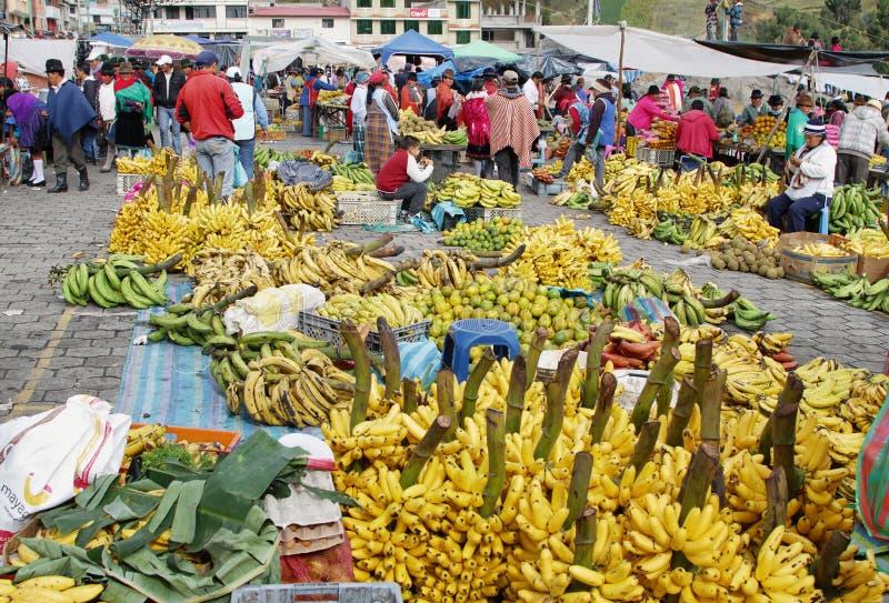 Download Эквадорские этнические люди с индигенными одеждами в сельском рынке субботы в деревне Zumbahua, эквадоре Редакционное Изображение - изображение насчитывающей цветасто, рынок: 40586285