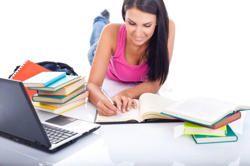экзамен подготовляя студента стоковая фотография