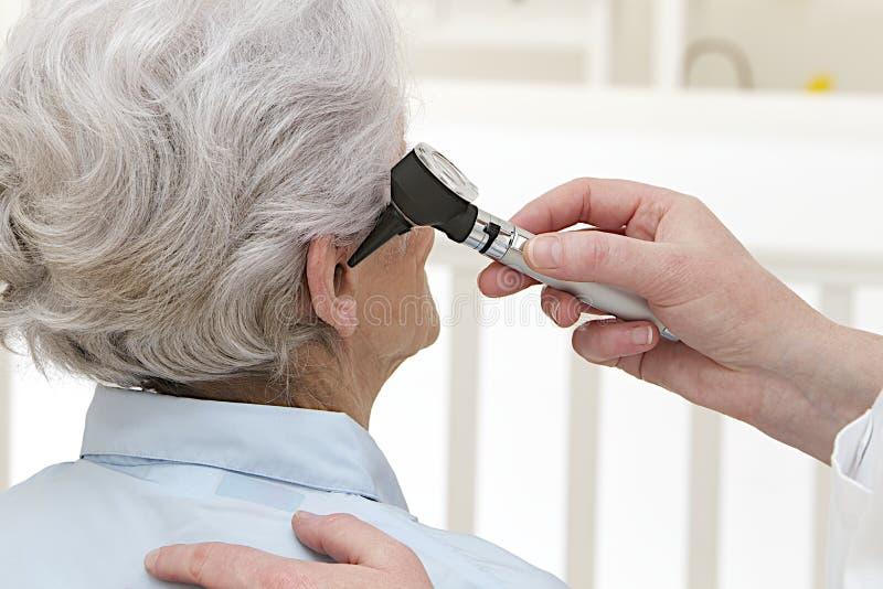 Экзамен уха для старшей женщины стоковая фотография