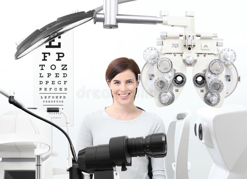 Экзамен Optometrist, пациент женщины зрения в офисе optician стоковая фотография rf