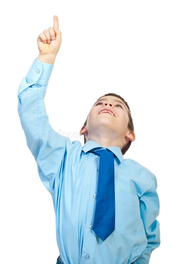 экземпляр мальчика указывая космос к поднимающим вверх детенышам стоковое фото