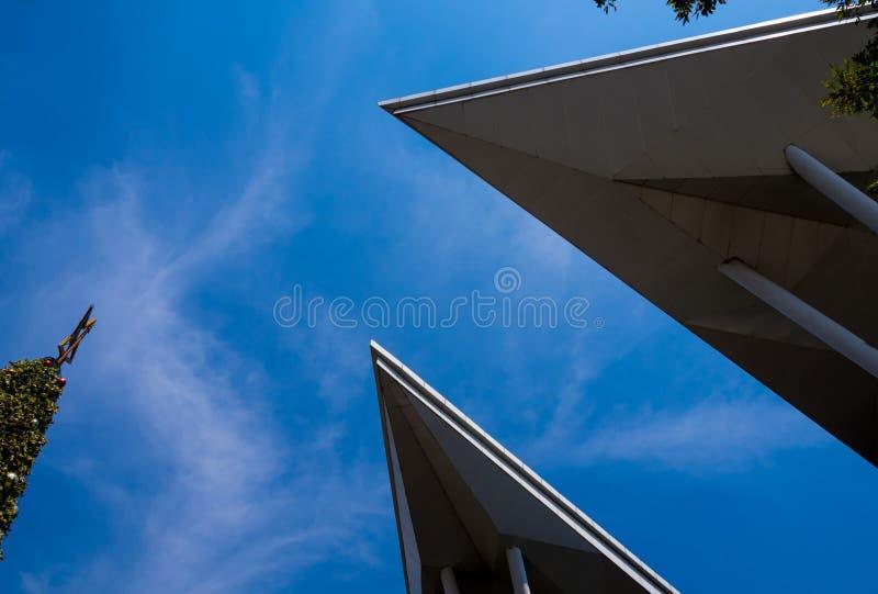 Экзотические формы крыши здания modren и яркого голубого неба стоковое фото rf