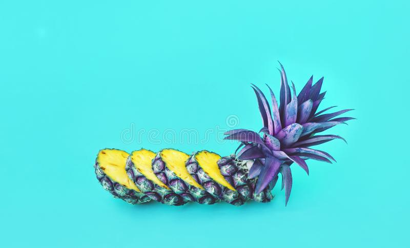 Экзотический куска ананаса на предпосылке пастельного цвета стоковые фотографии rf
