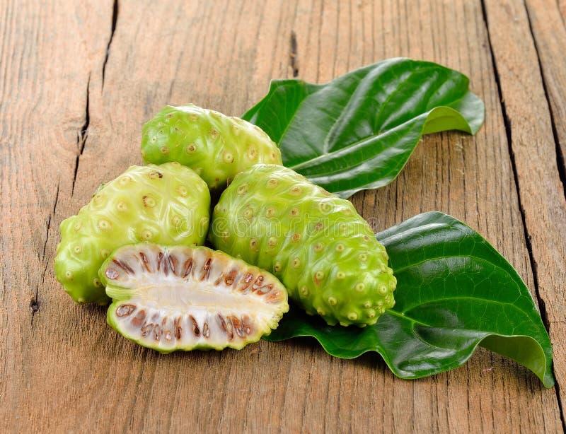 Экзотический плодоовощ - Noni на белизне стоковые изображения rf