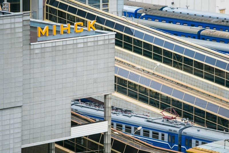 Экипажи двигая дальше рельсы Железнодорожный вокзал Минска центральный стоковая фотография