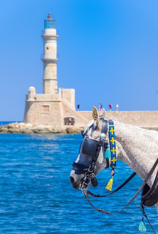 Экипажи и маяк лошади на старой гавани Chania, Крита стоковая фотография rf