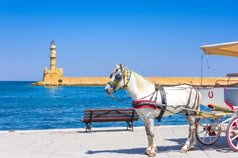 Экипажи и маяк лошади на старой гавани Chania, Крита стоковое фото rf