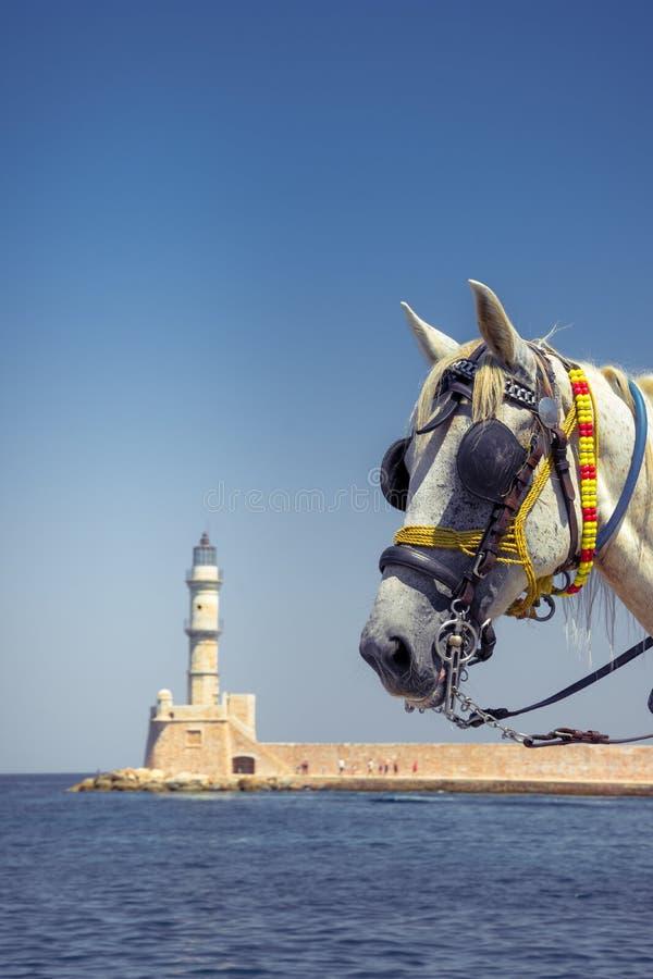 Экипажи и маяк лошади на старой гавани Chania, Крита стоковое изображение