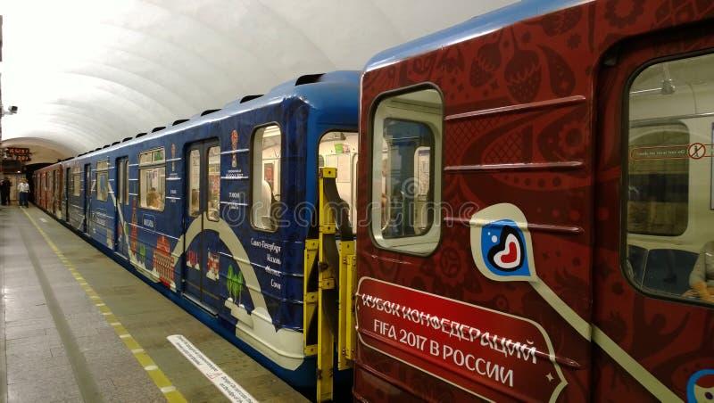 Экипажи метро Санкт-Петербурга покрашенные в официальных цветах чашки конфедераций стоковые изображения