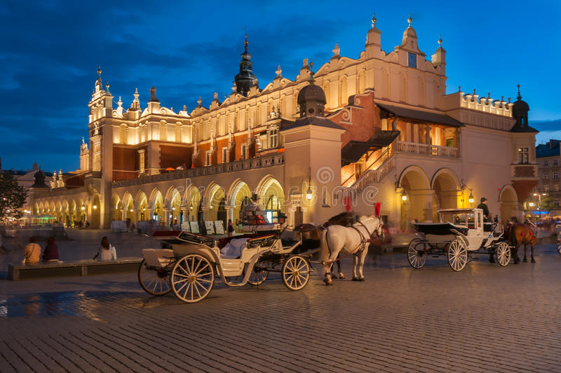 Экипажи перед Sukiennice на главным образом рыночной площади в Кракове стоковое изображение
