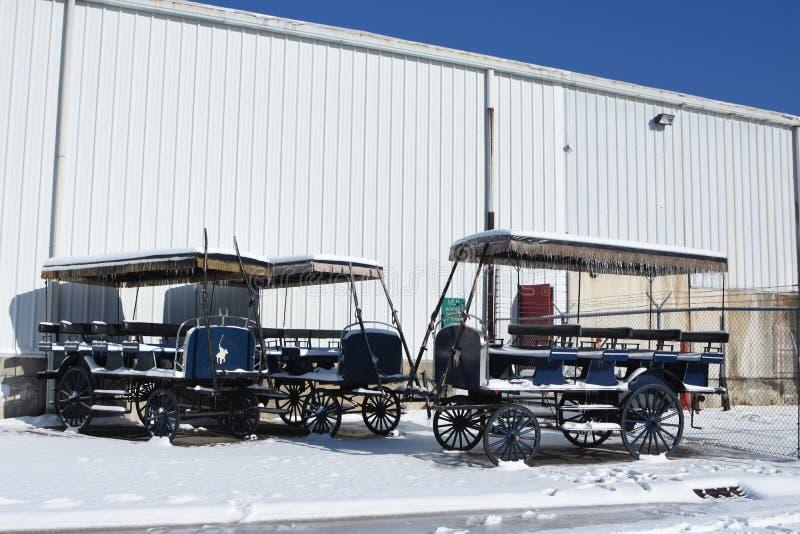 Экипажи предусматриванные в снеге стоковая фотография
