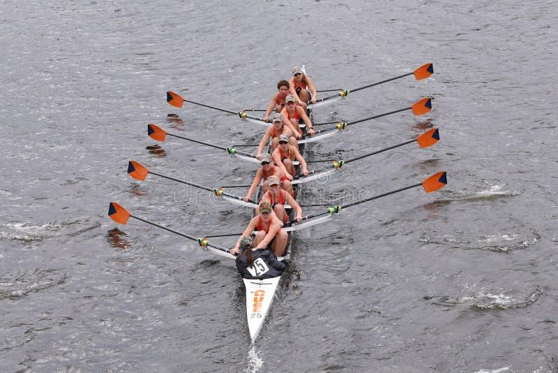 Экипаж женщин Сиракуза участвует в гонке в голове Eights женщин регаты Чарльза мастерского стоковая фотография