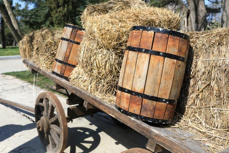 Экипаж лошади с сеном и бочонками стоковые фото