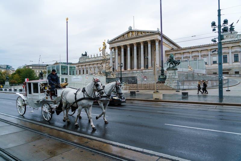 Экипаж лошади традиционный на Ringstrasse и австрийце Parliamen стоковые фото