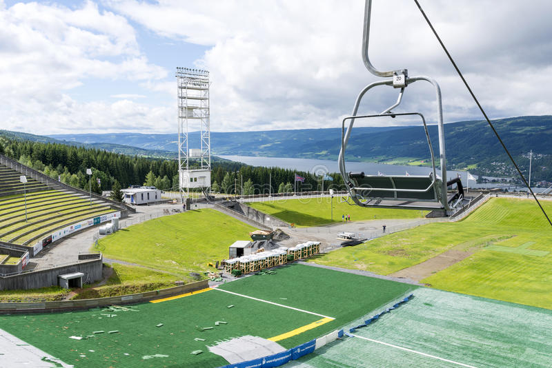 Экипаж ремонта подготавливает для конкуренции прыжков с трамплина лета 27-ого июня 2016 в Лиллехаммере, Норвегии стоковое фото rf