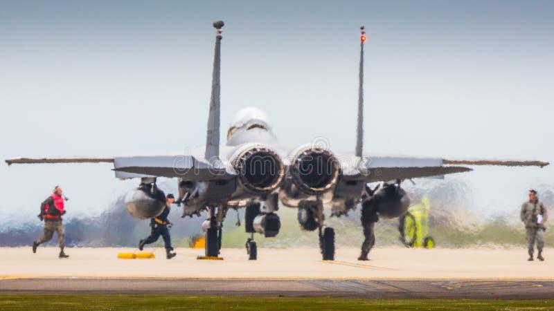 Экипаж самолета подготовляя реактивный истребитель F15 стоковые изображения rf