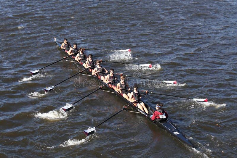 Экипаж rowing общины Westford участвует в гонке в голове молодости Eights ` s людей регаты Чарльза стоковые изображения