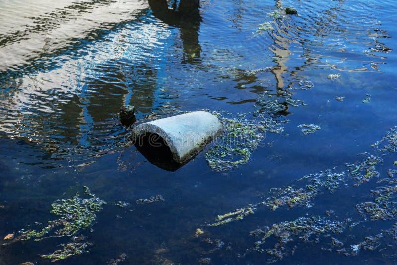 экологическая проблема Хлам в воде Пластичные бутылки загрязняют природу Бутылки и отброс в гавани морского порта Варны g стоковое фото