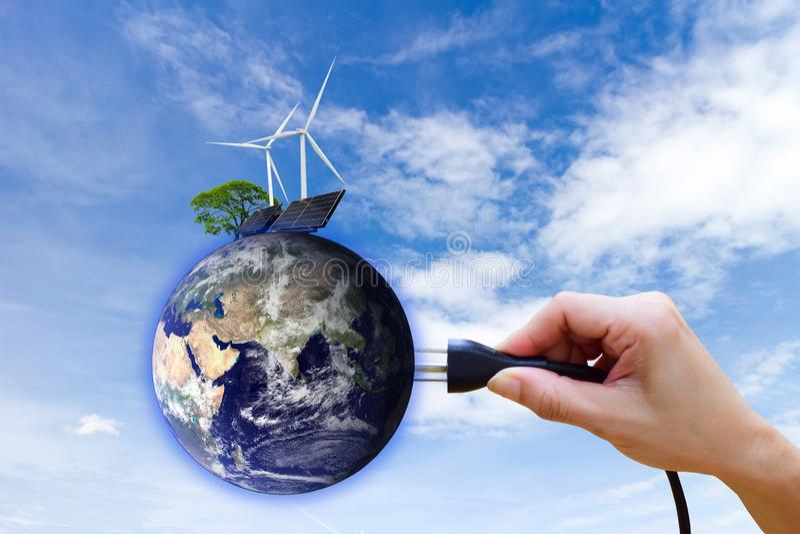 Экологически чистая энергия производства электроэнергии ветротурбины солнечной энергии элементов этого изображения поставленных N стоковые фотографии rf