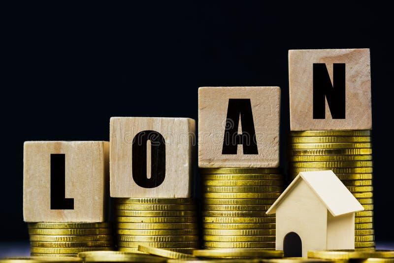 Экономия денег, жилищный заем, ипотека, инвестиции в недвижимость на будущее Деревянный блок на стеллаже монет с небольшим стоковая фотография rf