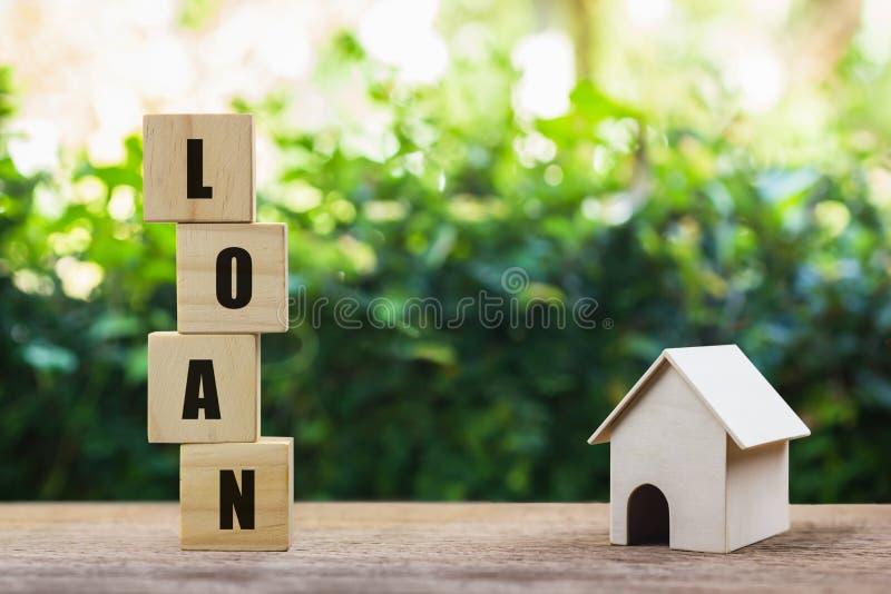 Экономия денег, жилищный заем, ипотека, инвестиции в недвижимость на будущее Складка деревянного блока на деревянном столе с небо стоковая фотография