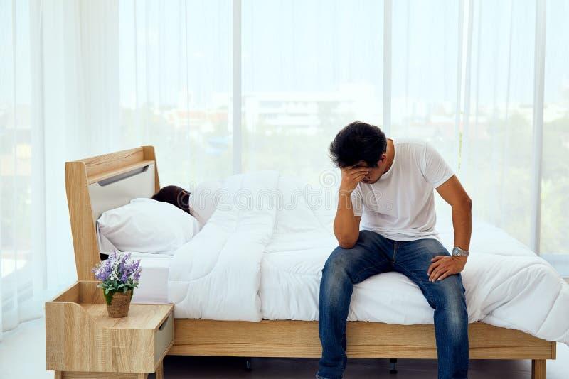 Экономно расходуйте усаживание и отожмите на кровати пока спать жены стоковое фото rf