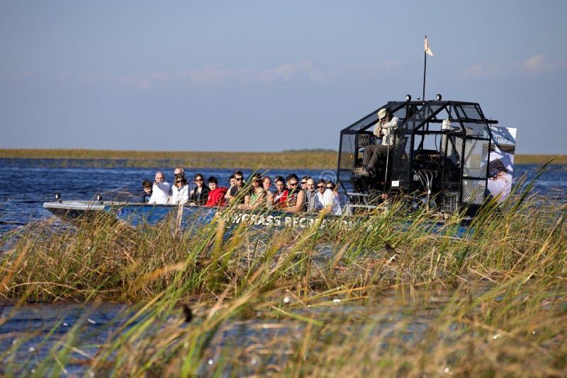 Экологический туризм: Путешествие Airboat болотистых низменностей стоковые изображения