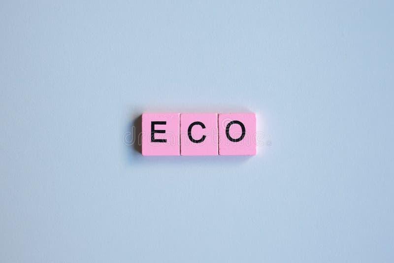 Эко-слово деревянные кубы на белом фоне стоковые изображения