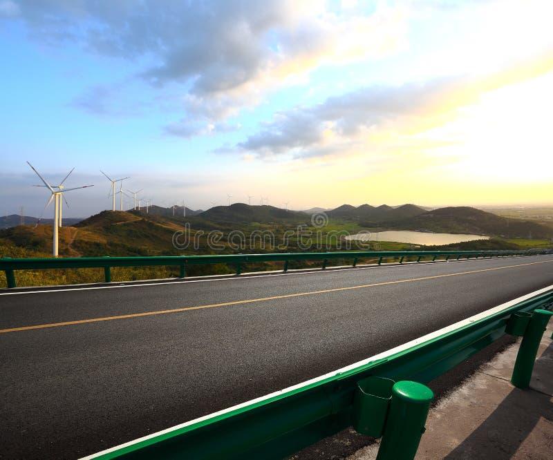 Эко--экологическ производство электроэнергии турбин силы зеленого цвета стоковые изображения rf