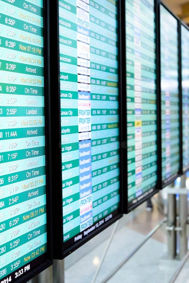 Экраны информационного дисплея полета на авиапорте стоковая фотография