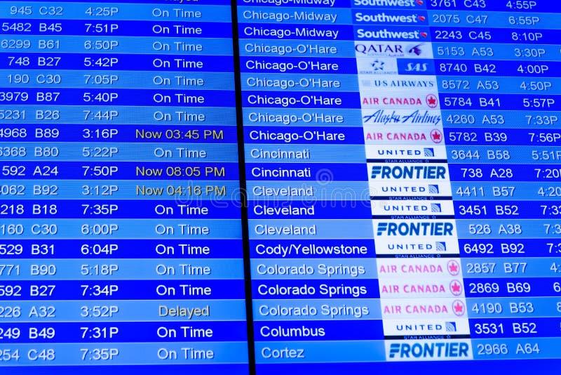 Экраны информационного дисплея полета на авиапорте стоковое фото rf