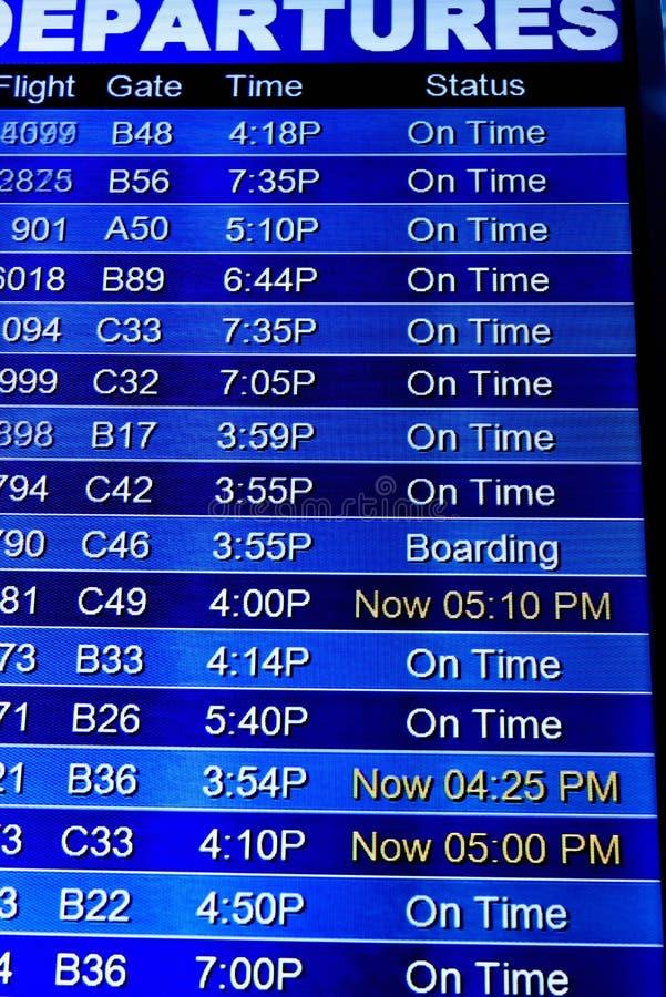 Экраны информационного дисплея полета на авиапорте стоковые фотографии rf