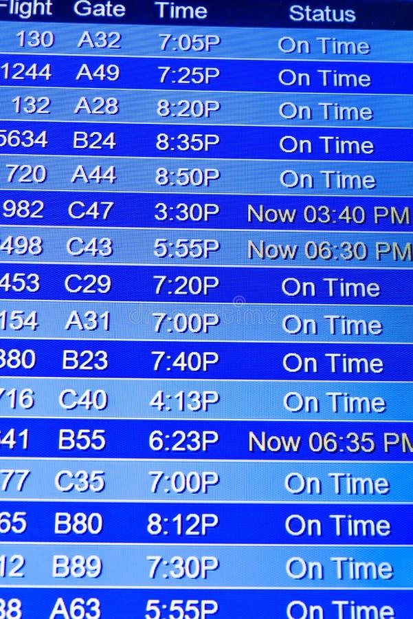 Экраны информационного дисплея полета на авиапорте стоковое изображение rf