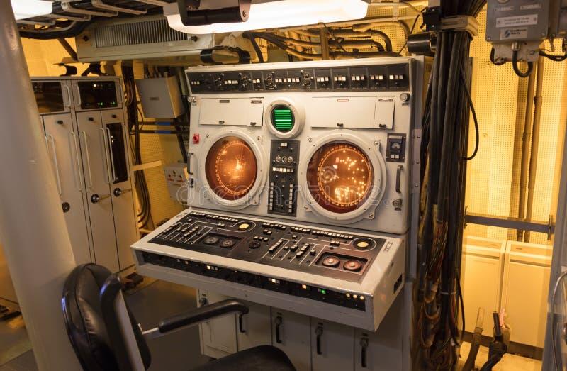 Экраны радара в старом сосуде военно-морского флота стоковое фото rf