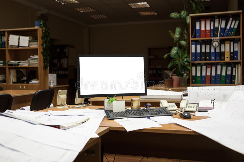 Экран выреза монитора компьютера на столе на nighttime, проектируя с чертежами стоковое фото rf
