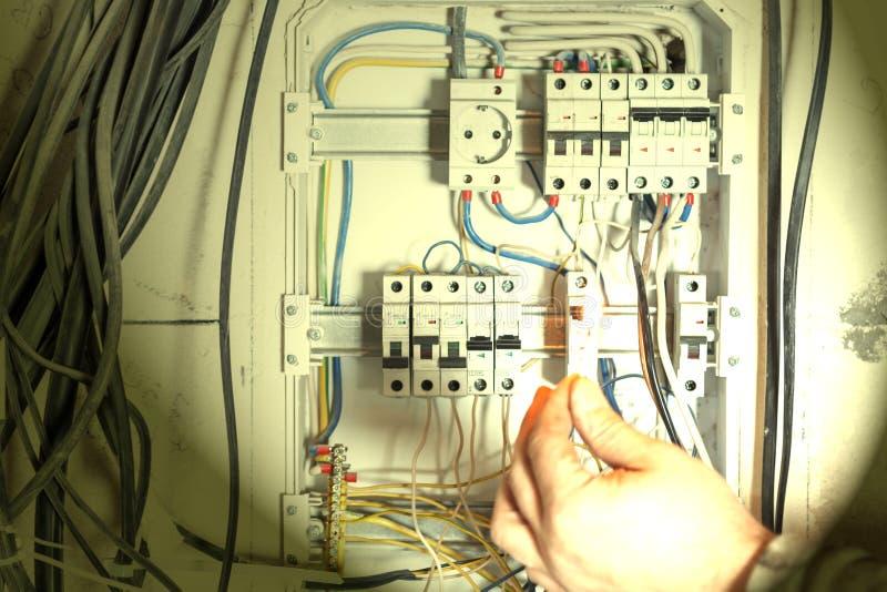 Экран в стене дома неправильное соединение, автоматическое распределение, провода запутано приведет к короткому замыканию и огню стоковые изображения rf