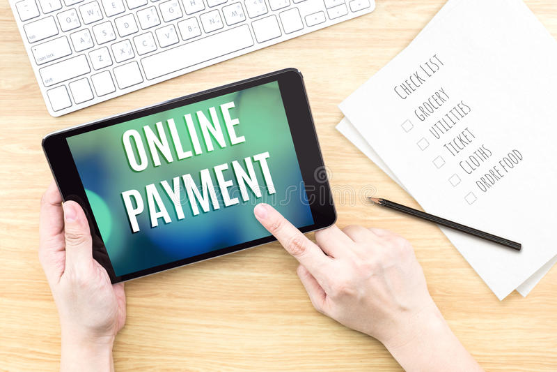 Экран касания пальца с онлайн словом оплаты с клавиатурой и n стоковые фотографии rf