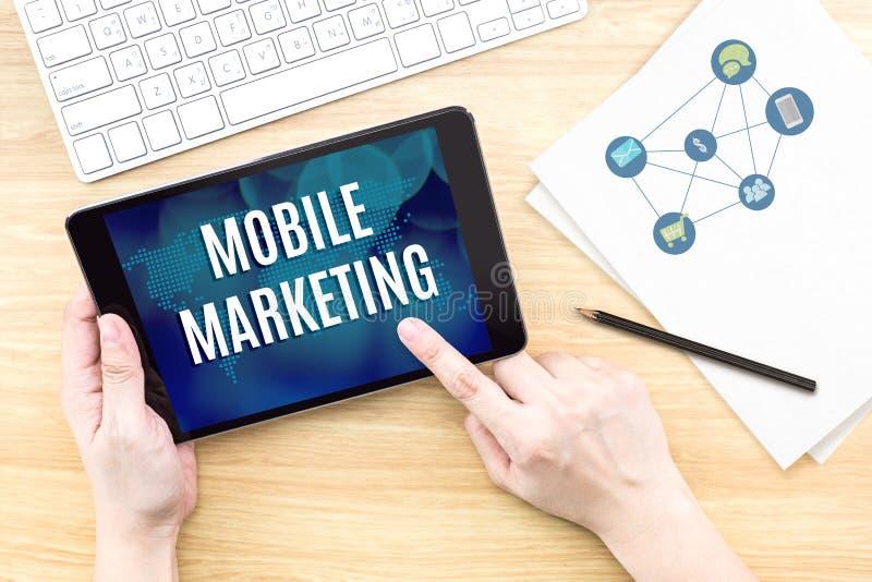 Экран касания пальца с передвижным словом маркетинга с клавиатурой и стоковые фото