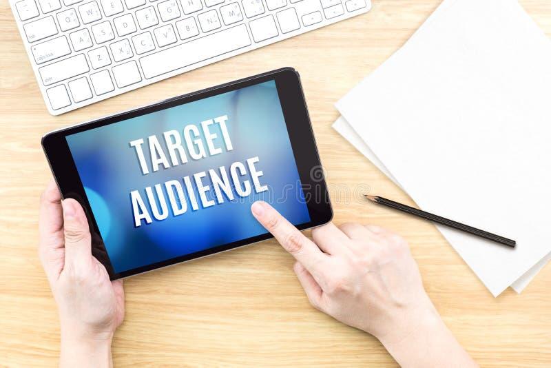 Экран касания пальца с словом потенциальной аудитории с клавиатурой на w стоковые фотографии rf