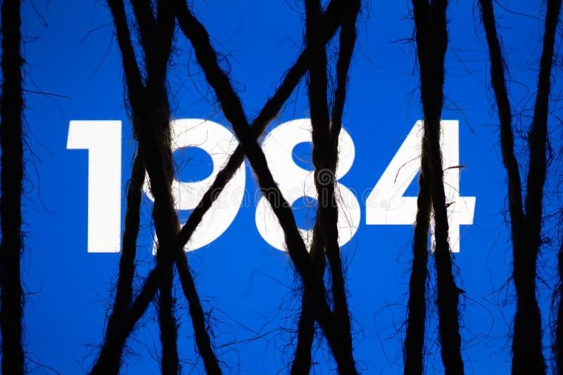 Экран плотно обернутый и связанный с грубой веревочкой Концепция цензуры на социальных сетях totalitarianism диктатура стоковое изображение