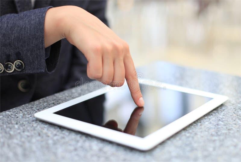 Экран руки женщины касающий на современном цифровом ПК таблетки стоковые фотографии rf