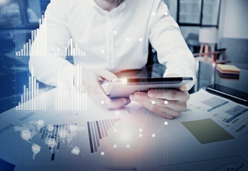 Экран таблетки бизнесмена фото касающий современный Менеджер торговца работая новый офис проекта частного дела использование стоковое изображение
