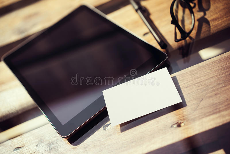 Экран черноты пробела таблетки крупного плана современный, таблица стекел деревянная внутри внутреннего места студии Coworking Пу стоковые фото